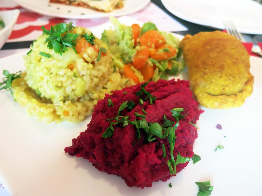 Vegehop restoran: Samosa - integralna pogačica nadjevena povrćem i tofuom, povrtni rižoto, humus s ciklom i pareno povrće. Foto: Josip Novosel, Flash.hr