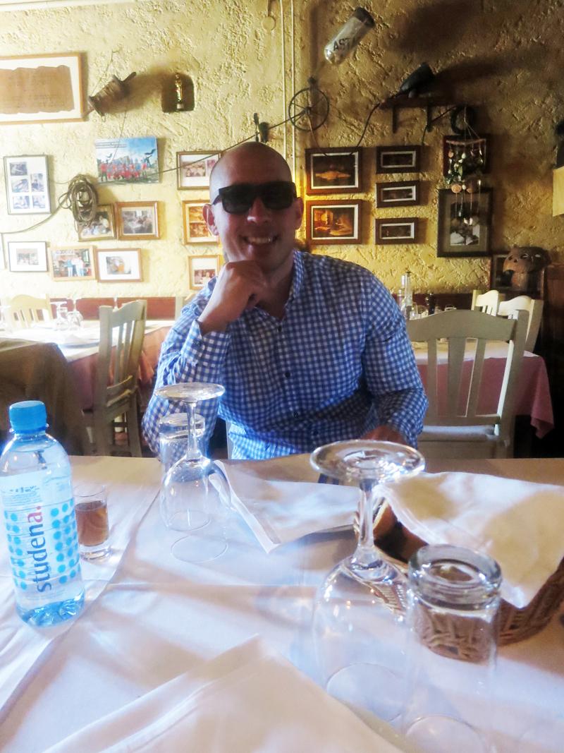 Josip Novosel aka Gastro Snob u konobi Astarea Ne može mene Irena toliko puta slikati, koliko puta ja mogu naručiti još jednu istarsku rakiju:) Foto: Irena Jakičić
