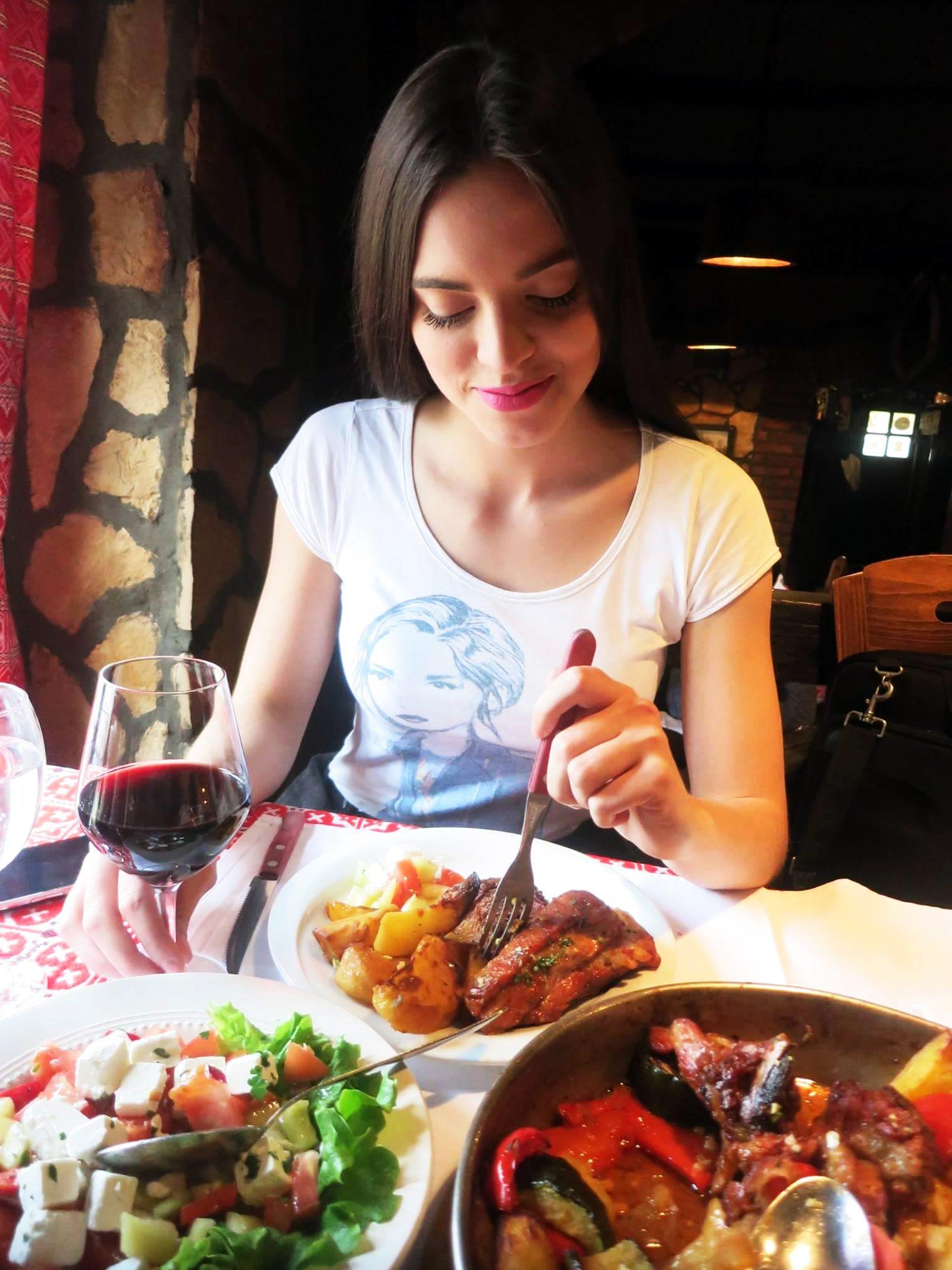 Irena je izbjegavala salatu jer pazi na liniju. Samo teletina i janjetina:) Foto: Josip Novosel, Flash.hr