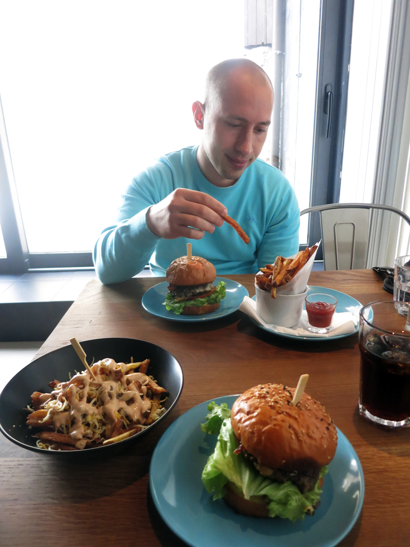Ovako hipsteri jedu hamburger Foto: Irena Jakičić, Flash.hr