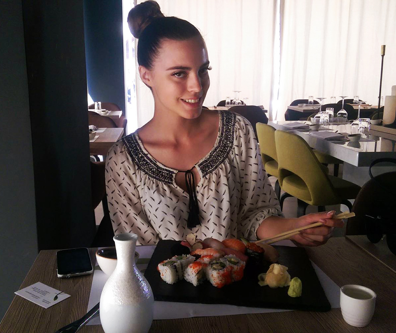 TAKENOKO Irena Jakičić jede sirovu ribu. Upravo su ju roditelji razbaštinili:) Foto: Josip Novosel, Flash.hr