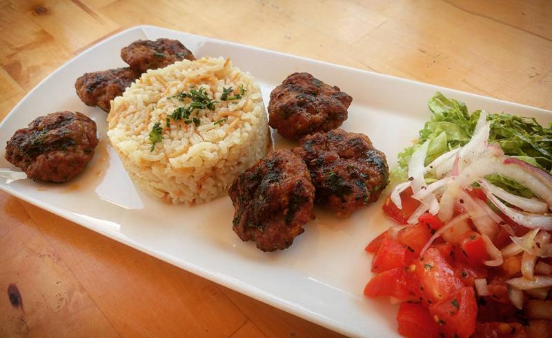 LOKMA - Istanbul kofte – najbolji dijelovi janjećeg i junećeg mesa, mariniranih s 5 različitih turskih začina u kombinaciji s rižom i svježom salatom Foto: Josip Novosel, Flash.hr