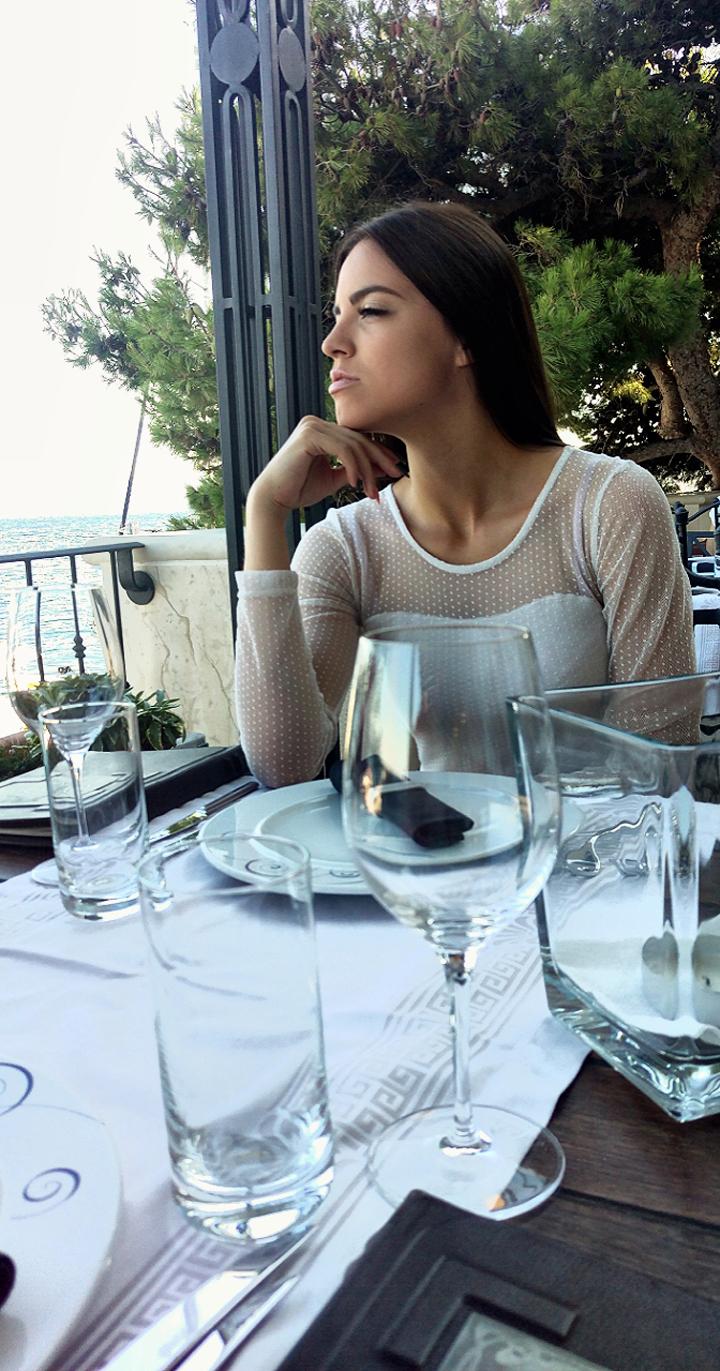 Restoran Vusio - Bol na Braču Irena Jakičić kao da mi govori zamišljenim pogledom: Joso! Odriješi kesu i kupi mi jahtu. Znam da imaš škrtico Foto: Josip Novosel, Flash.hr