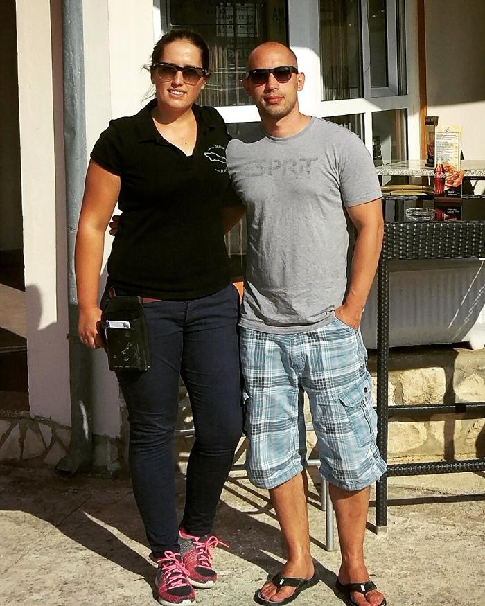 Ema i Josip Novosel aka Gastro Snob ispred pizzerie Porat na Velom Ižu Foto: Flash.hr