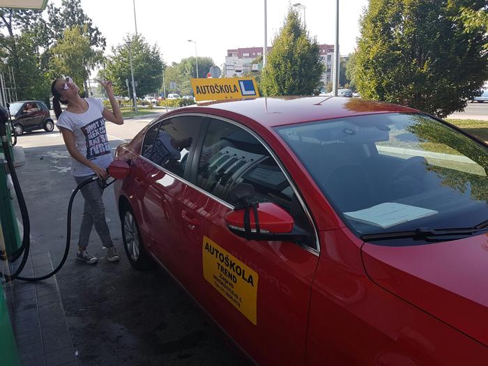 Autoškola Trend - Irena Jakičić toči gorivo Foto: Flash.hr