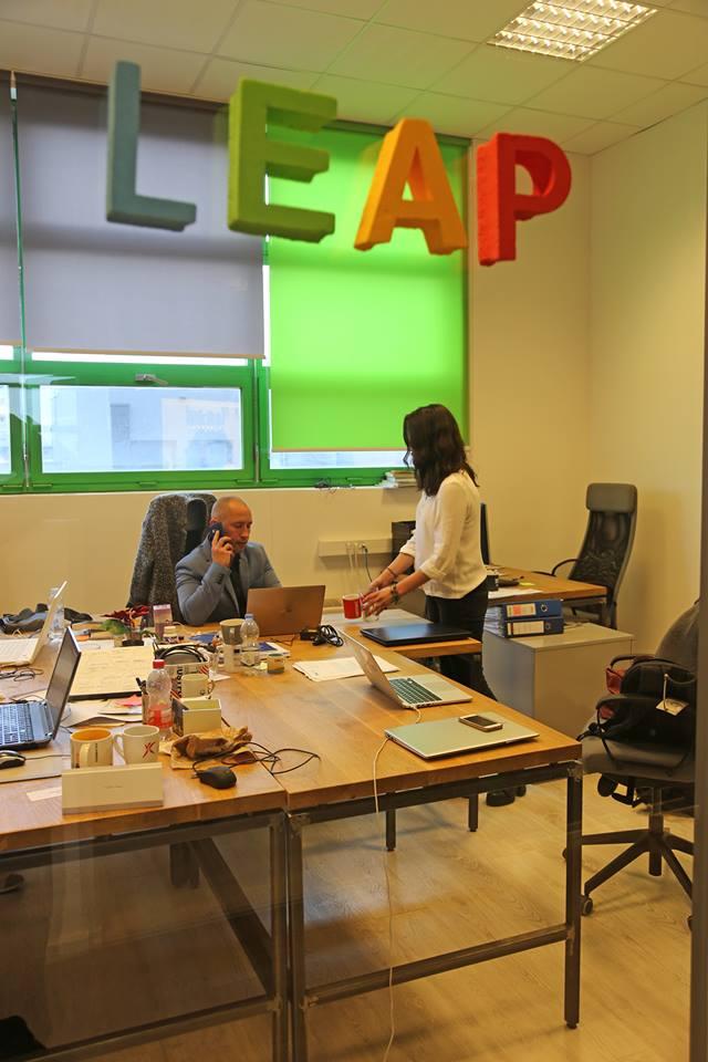 LEAP summit - Karla Landripet poslužuje Dragog Vođu - ispunjenje svih njezinih maštarija Foto: Flash.hr