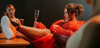 Clickbait naslov: Maja Bajamić se na snimanju spota zaljubila u bradatog hipstera!